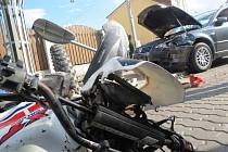 Srážka motocyklu s osobním vozem neskončila pro řidiče motorky zrovna dobře.