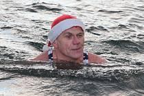 Vánoční plavání otužilců v mlékojedské pískovně.