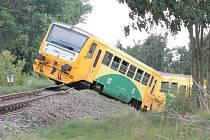 Nehoda vlaku a traktoru na přejezdu u Byšic.