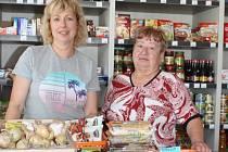 Zákazníci se v nebuželské prodejně po rok a půl dlouhé přestávce opět setkávají s (zleva) Jitkou Pokornou a Miloslavou Maškovou.