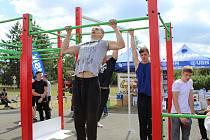 Unikátním soubojem Battlemania mezi svalnatými soutěžícími viděli návštěvníci v areálu centra prevence kriminality v mělnické ulici Karolíny Světlé.