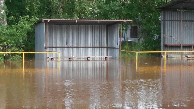 Zaplavené hřiště v Mlékojedech.