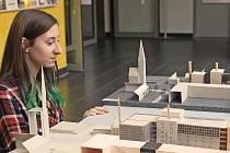 Výstava v budově kralupské radnice prezentuje moderní architekturu.