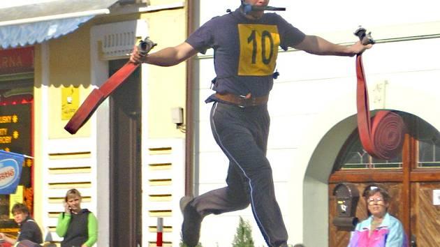 DOBROVOLNÍ hasiči se už po šesté sešli v centru Mělníka, aby se utkali v soutěži Boj o vteřiny