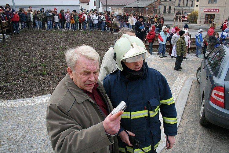 Trénink hasičů ve všetatské škole