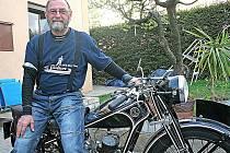 VETERÁNISTA Hanuš Friedl je pět let aktivním členem mšenského veteran klubu. Je jedním z těch, kteří připravují vyjížďky okolím Mšena pro klubové srazy milovníků motocyklových veteránů.