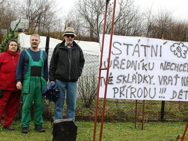 Vladimír Jaroš (uprostřed) se nevzdává, chce, aby byl potrestán ten, kdo skládku schválil v rozporu se zákonem.