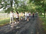 Dámy z klubu Nordic walking ve Všetatech vyrazily na poslední letní vycházku do veltruského zámeckého parku.