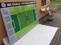 Fotbalový trávník v Úvalech čeká na své patrony.