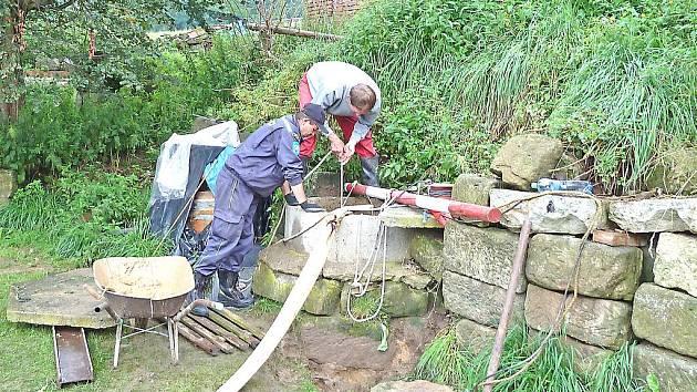 Hasiči z Kel pomáhají ve Cvikově čistit zaplavené studny