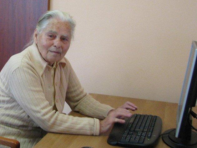 Při surfování na internetu na věku nezáleží. Obyvatelé mělnického Centra seniorů jsou toho důkazem.