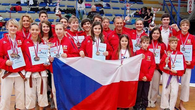 Úspěšná česká výprava na mistrovství Evropy. Téměř polovinu medailí zajistili členové neratovického SK Shotokan.