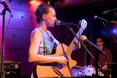 Milli Janatková na koncertě.