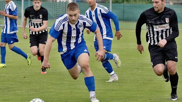 Přípravný zápas divizních fotbalistů Sokola Libiš (v modrém) a FK Brandýs nad Labem.
