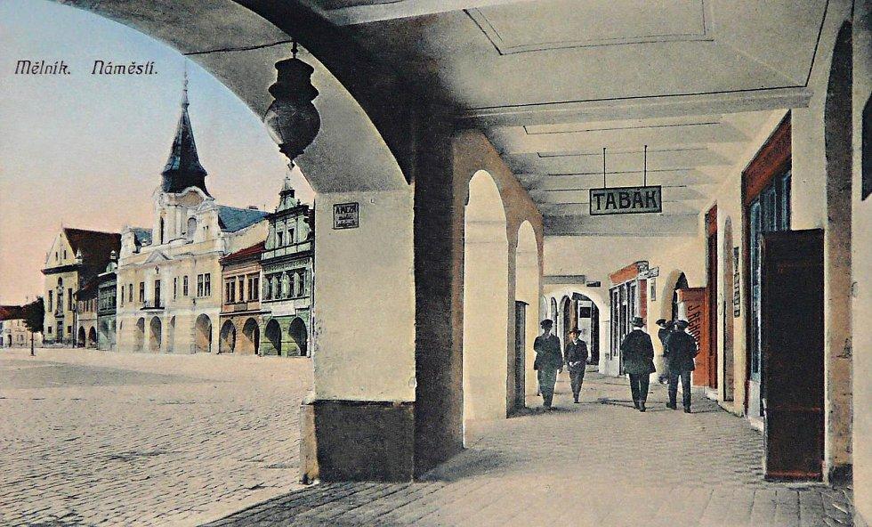 Podloubí hotelu Zlatý beránek a domu U Zeleného stromu. Pohlednice z roku 1912.