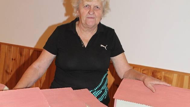 Zdena Sklenářová s modely domů v Olovnici 50. a 60. let minulého století, jejichž autorem je její muž.