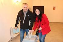 Společné odevzdání hlasů v byšické volební místnosti zvolila i tato sympatická dvojice.