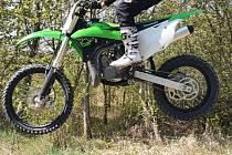 Zloděj ukradl motocykl a auto na dálkové ovládání.