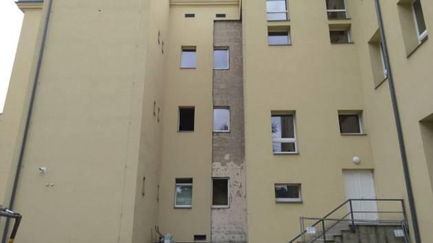 V ZŠ Jodlova probíhá výstavba bezbariérového výtahu a sociálního zařízení.