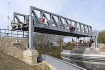 Unikátní železniční most přes Vraňansko - hořínský plavební kanál v Lužci nad Vltavou se poprvé zkušebně zdvihl.