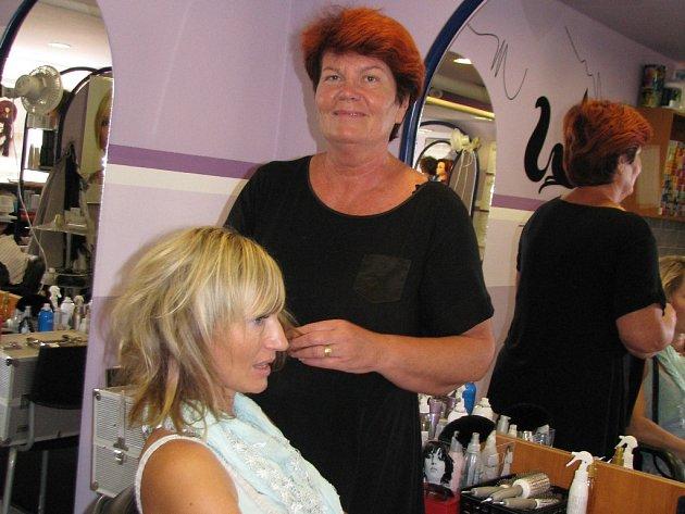 Mělnická kadeřnice Jana Malířová radí ženám, aby si nechaly vlasy přirozeně zvlněné.