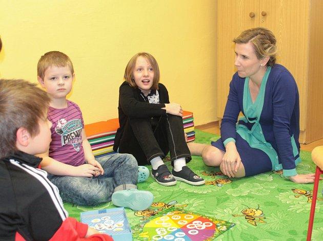 Ministryně školství, mládeže a tělovýchovy Kateřina Valachová zahájila symbolicky v Mělníku celorepublikovou osvětovou kampaň - Česko svítí modře k porozumění autismu.