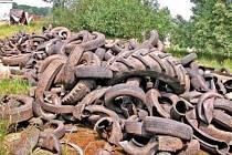 SKLÁDKA.   Pravděpodobně se jedná o pneumatiky, kterých se zbavuje nějaká  firma.
