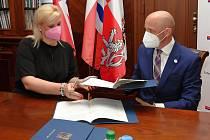 Memorandum o spolupráci mezi Středočeským krajem a organizací Mezinárodní cena vévody z Edinburghu (DofE) podepsali ve čtvrtek odpoledne hejtmanka Petra Pecková (STAN) a výkonný ředitel DofE Tomáš Vokáč.