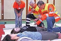 Záchranáři v Mělníku trénovali zásah u nehody autobusu.