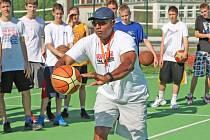 Americký basketbalista Michael Holton zaujal i loni účastníky kralupského prázdninového campu svou prací s míčem.