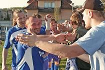 Kralupští fotbalisté se dělí o radost se svými příznivci po vítězném utkání s Botafogem Mělník.