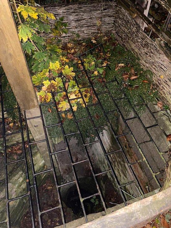 Před policejní hlídkou muž utekl, skočil do staré studny a chtěl se skrýt v podzemních chodbách.