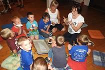 Až do poloviny června probíhá v mělnickém muzeu zážitkový program, při kterém se nejmladší generace pomocí takřka všech smyslů seznamuje s profesí etnografky Nadi Černé. Pomáhá jim v tom kouzelná půda tety Jitky, plná pokladů.