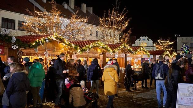 Na náměstí Míru budou od 19. do 22. prosince probíhat Mělnické vánoční trhy. Prodejci zde nabídnou řemeslné výrobky, tradiční i zcela originální vánoční dárky, ale také horké víno a celou řadu dalších pochoutek.