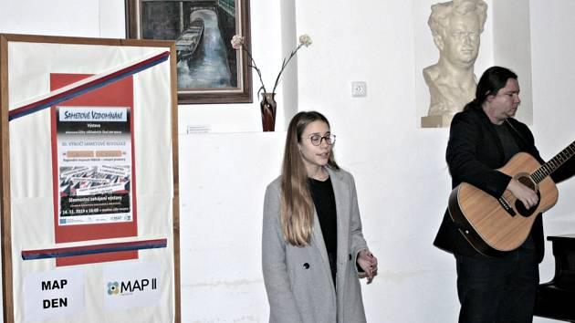 Oslavy výročí 30 let sametové revoluce ovládly i Regionální muzeum Mělník. Výstavu Sametové vzpomínání, která je instalována ve vstupních prostorách muzea, zpracovali žáci zdeseti škol Mělnicka.