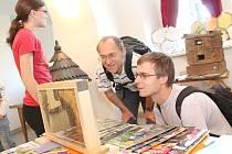 Veltruští včelaři vystavují na zámku.