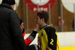 RÁNY PŘIJÍMAL I ROZDÁVAL. Ještě předtím než mělnický mladík Jakub Šípek dostal pukem do brady, stihl v utkání s Vlašimí tři góly. Zápas navzdory nepříjemnému šrámu dohrál.