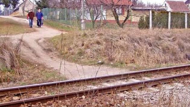 HAZARD. V místech, kde vlaky běžně projíždějí devadesátkou, lidé riskují své životy.