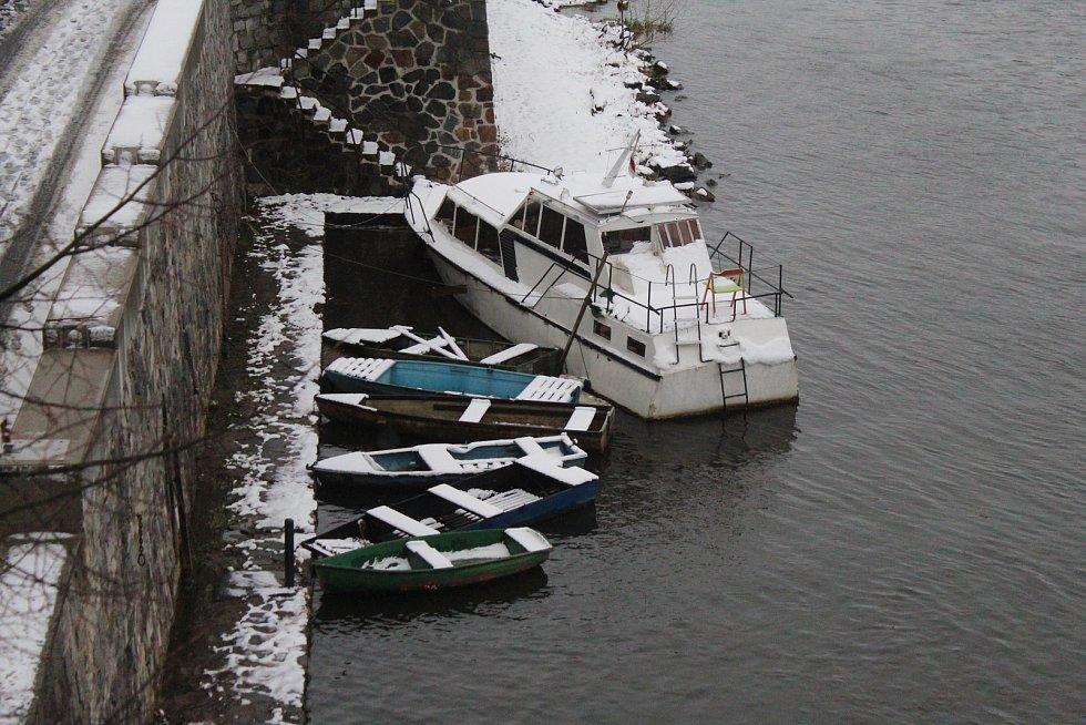 Ohlášené sněžení dorazilo i na Mělnicko.