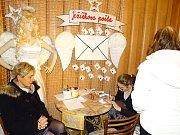 V mělnickém domě dětí a mládeže už také letos poprvé rozsvítili vánoční stromeček.