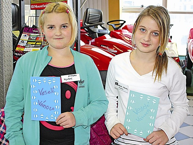 Spolužačky Tereza K. a Natálie N. pomáhají vybírat peníze na dárky pro děti z dětského domova.