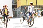 Akci navštívily se svými dobovými velocipédy a v jednotném krojovaném oblečení, doplněném slaměnými klobouky, členky Clubu Amerických Dam z hlavního města.