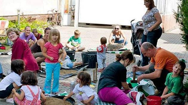 Rodinné centrum pořádalo v červenci akci s názvem Pravěké hrnčířství.