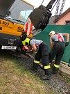 Zapadlý jeřáb vyprošťovali z trávy hasiči ze čtyř stanic.