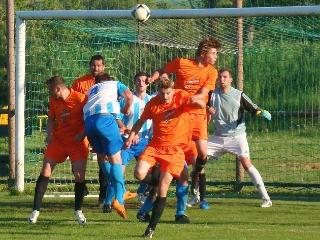 Lužecký Jakub Lafek (před zárybským brankářem Michalem Šulcem) střílí zády k bráně vítězný gól svého týmu.