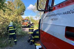 Kvůli větrné bouři Mortimer vyjely jednotky HZS Mělník a SDH Všetaty k padlému stromu na vozovku mezi obcemi Byšice a Přívory. Hasiči strom rozřezali motorovou pilou.