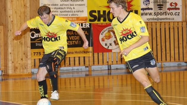 Libor Koláček (u míče) si drží střeleckou formu. Skóroval už ve čtvrtém zápase za sebou.