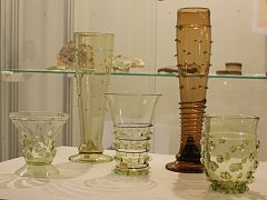 Na výstavě bude k vidění i hutně tvarované sklo ze sklářského studia Krasglass a sklárny Svojkov.
