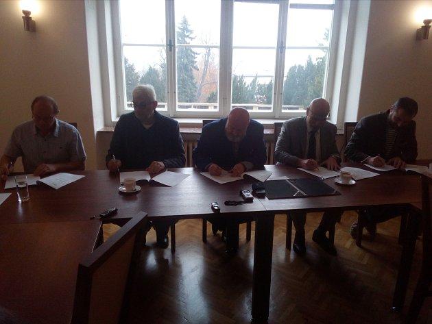 Podepisování koaliční smlouvy na mělnické radnici.