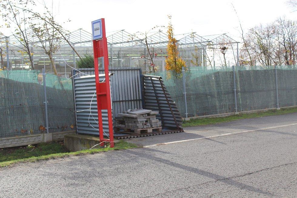 Ve Spomyšli se převrátila plechová autobusová zastávka.